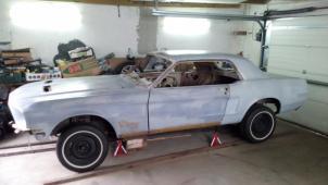 1968 Ford Mustang uprostřed renovace s díly