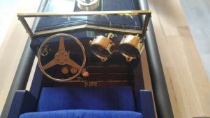 Ručně vyrobený model starého automobilu